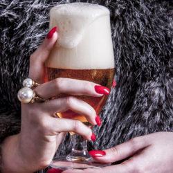 Női kezekbe nyomták a sört