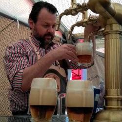 Így csapolják az igazi vágott sört Csehországban