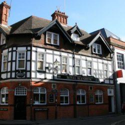 Belügyminiszteri rendelet engedélyezte, hogy tovább legyenek nyitva az angol pubok