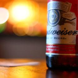 Ezt nem láttad jönni: közös sört jelentett be a Budweiser és a Jim Beam
