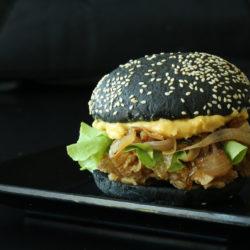 Nagyon király a fekete hamburger, de csak óvatosan!