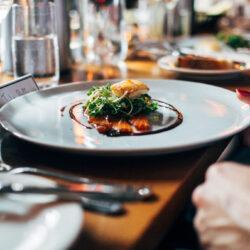 Sous vide marhaoldalas és ázsiai pacalsaláta - ínyenc ételpárokat kapnak az Ország Söre nyertes főzetei
