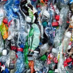 A sörmultiknál egyre cikibb a műanyag csomagolás
