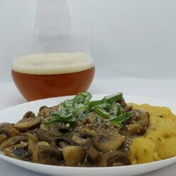 Főzz sörrel: belga sörös pirított gombák zöldfűszeres polentával