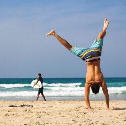 6 dolog, amit még egy férfi sem nélkülözhet a strandon, és mit ne viselj a sörözőben