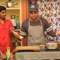 Csodálatos, ahogy ez a két indiai srác a sörös csirkét készíti!
