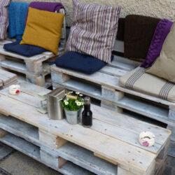 Raklap kanapé + sör + társaság = ?